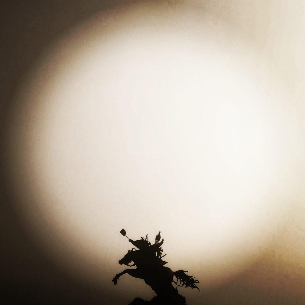 菊池公園の写真です😊緋寒桜🌸 霧の騎馬像